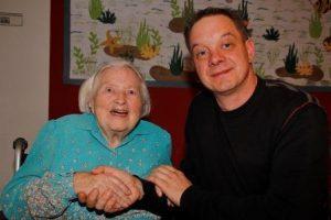 Zwei die sich gut verstehen: Adelheid Grabowski (im Bild mit Heimleiter Dominik Eisermann) feierte gestern ihren 105. Geburtstag im Pflegeheim Emil-Sräga-Haus. Bild: Rossner